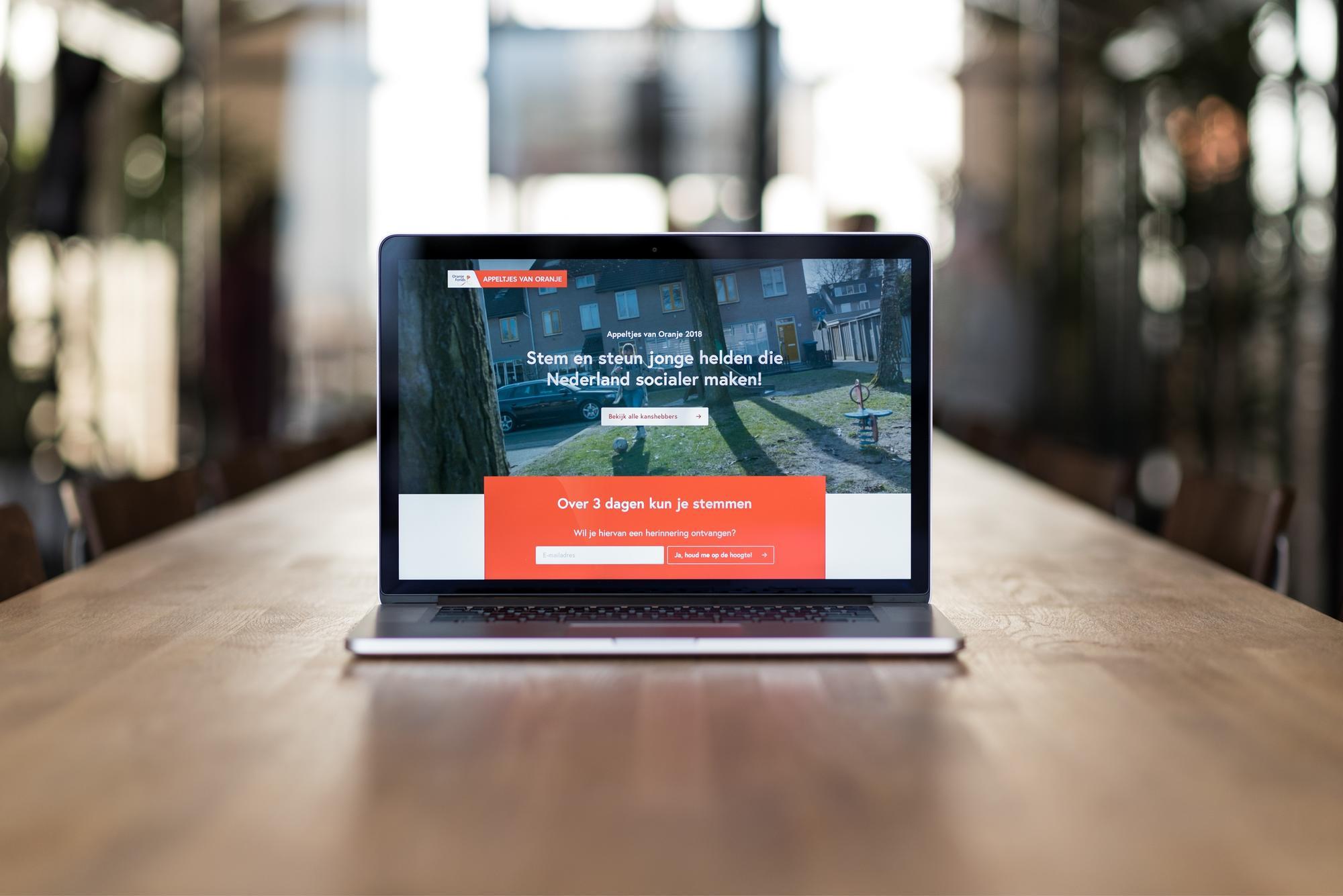 Oranjefonds appeltjes website on a laptop